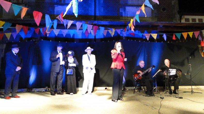 La música en vivo, trajo la voz de Leti Paternostro quien interpretó algunos tangos.