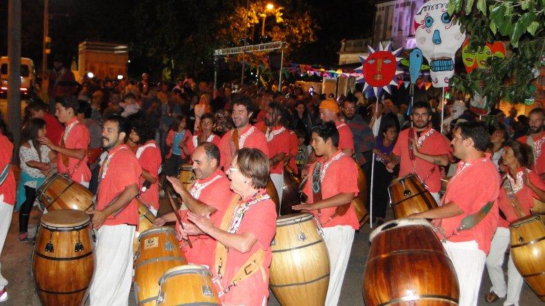 La Cuerda de Candombe Ashanti encabezó la caravana hacia el momo y le puso ritmo a la noche.