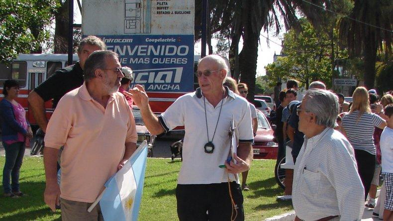 En el medio, Héctor Grunewald, organizador de la tradicional prueba.